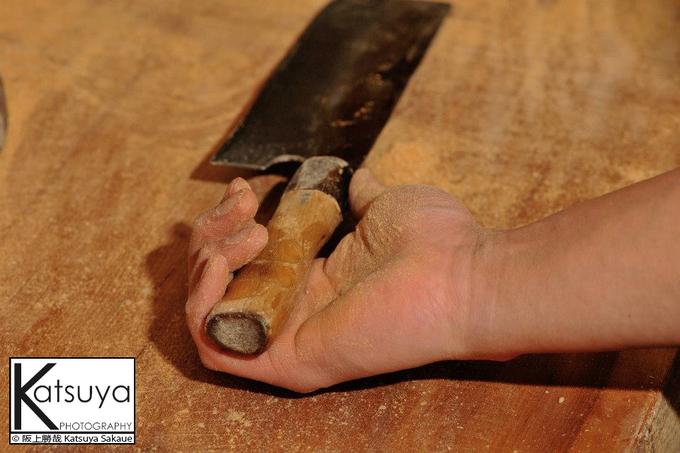 長年握りしめた包丁の握りは、既に手の形にかわっています。