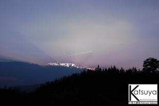 夕景と飛行機雲