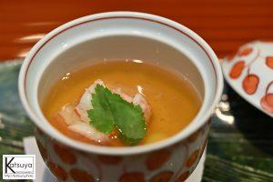 じっくり丁寧に時間をかけて、目の前で料理されるナスや秋鮭を眺めながら頂いた二品目の「蟹と蕪の薄蒸し」(もうこの時点で酔ってます)